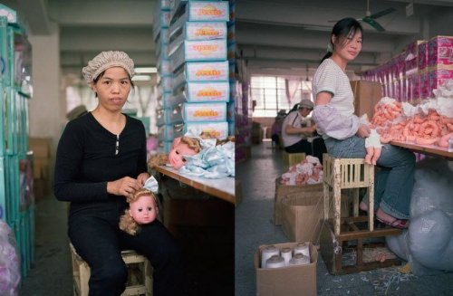 Работники китайской фабрики и игрушки, которые они производят