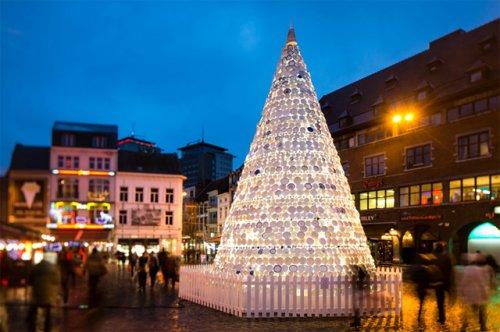 Новогодняя ёлка из 5000 керамических тарелок и чашек в Бельгии