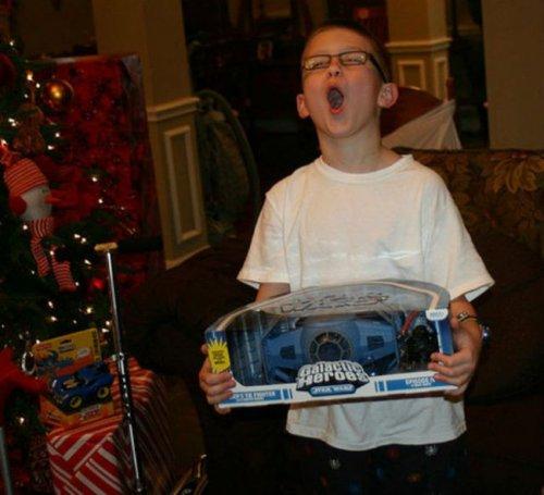 Счастливые дети с новогодними подарками