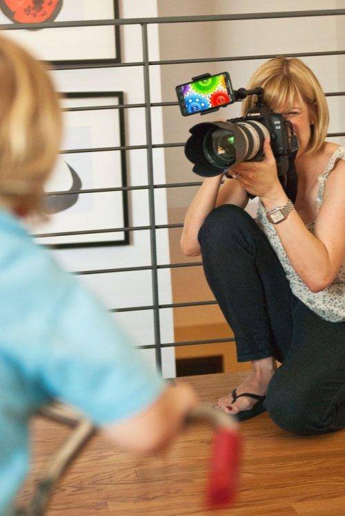 Как привлечь внимание малыша во время фотосъемки?