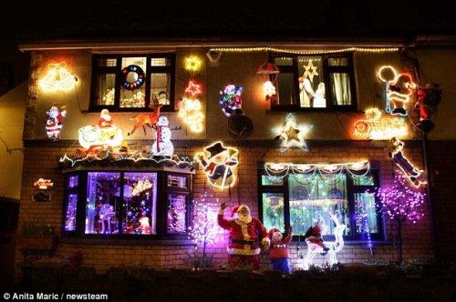 Сверкающий огнями рождественский дом супругов Крини из Англии