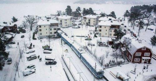 Пассажирский поезд, угнанный 20-летней уборщицей, врезался в жилой дом