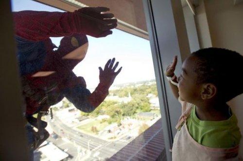 Супергерои моют окна детской больницы в Мемфисе