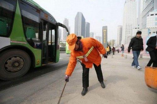 Миллионерша из Китая подметает улицы в пример своим детям