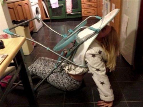 Пьяная мамаша – в детском раскладном стуле (5 фото)
