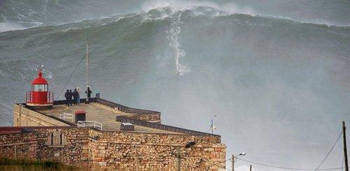 Серфингист Гарретт МакНамара покорил 30-метровую волну, побив мировой рекорд