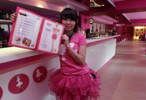 Кафе для поклонников куклы Barbie (10 фото + 1 видео)