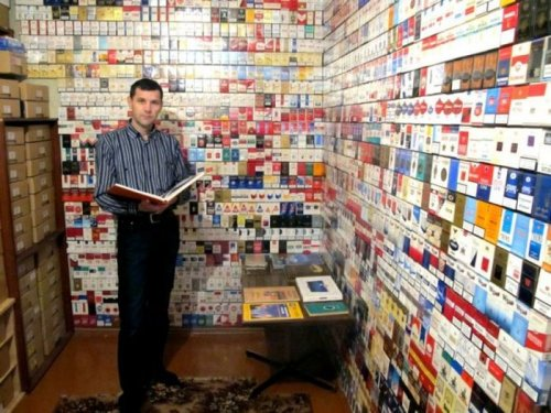 Некурящий коллекционер пачек от сигарет (21 фото)