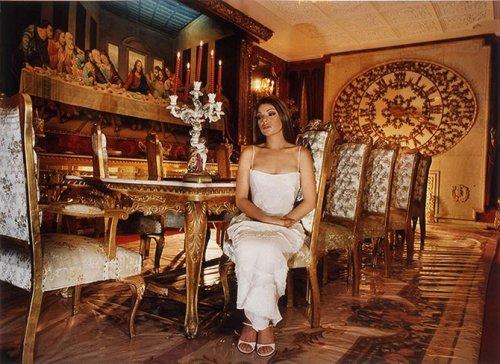 Интерьеры мексиканских особняков и их обитательницы (13 фото)