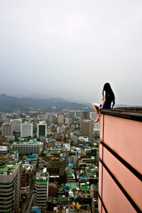 Бесстрашная художница фотографирует себя в рискованных позах