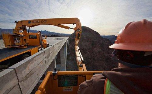 Инспектор мостов – настоящая работа для экстремалов (12 фото)
