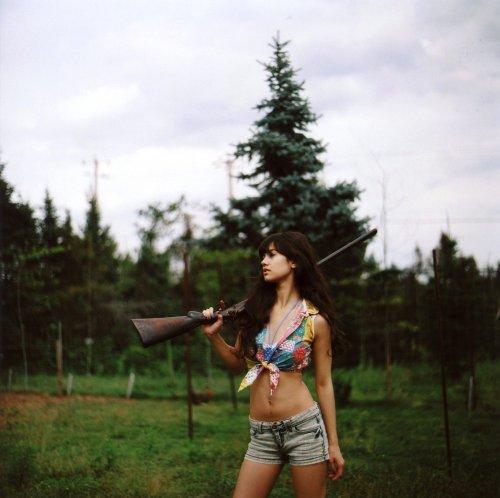 Оружие в руках женщины (34 фото)