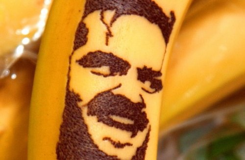 Талантливая художница делает татуировки портретов знаменитостей на бананах