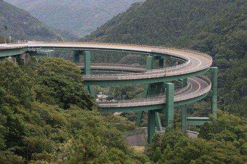 Спиральный мост Кавадзу-Нанадару в Японии (5 фото)