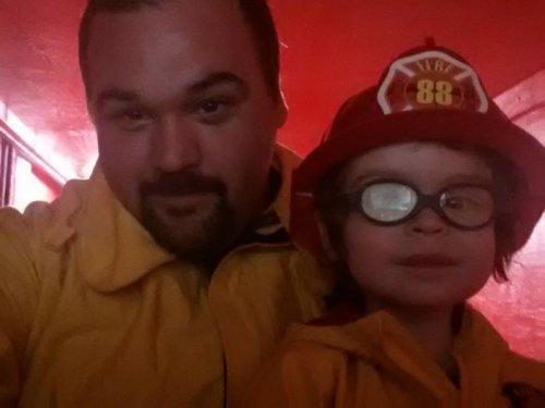 Детский уголок в виде пожарной машины для любимого сына (5 фото)