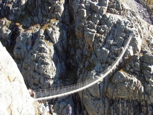 Подвесные мосты для смельчаков (24 фото)