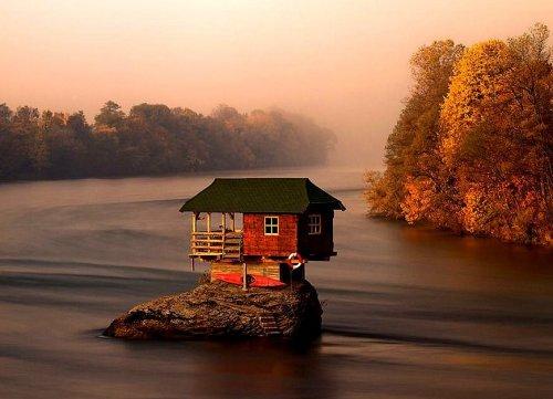 Домик на реке – оазис уединения (5 фото)