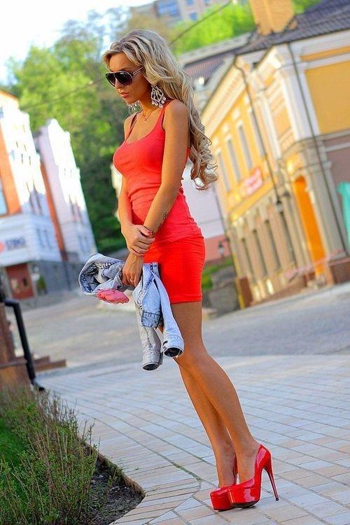 Девушки в обтягивающих мини платьях 35