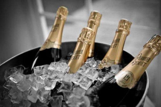 Фото бутылки шампанского и цветов