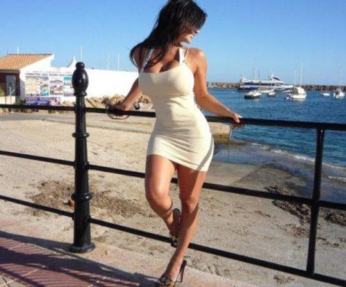 Сексуальные девушки в обтягивающих мини-платьях (35 фото)