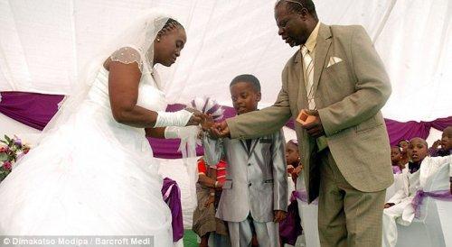 Необычная свадьба: жениху – 8, невесте – 61 (6 фото)