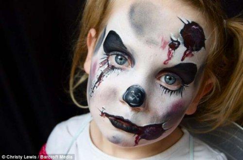 Мать рисует на лицах дочерей монстриков (10 фото)