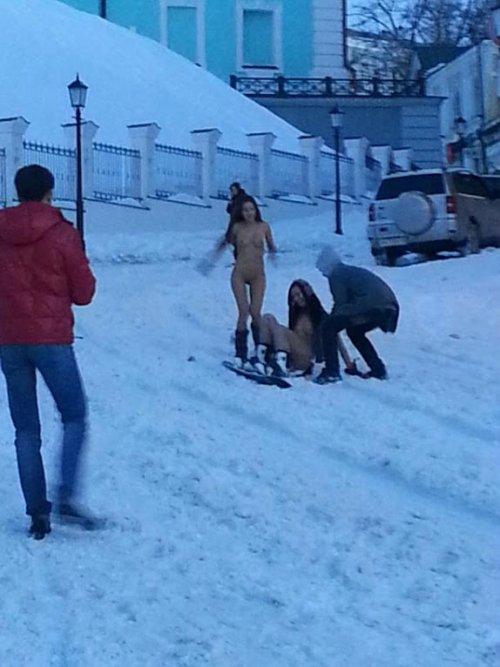 Ньюдбординг, или Катание на сноуборде голышом (6 фото)
