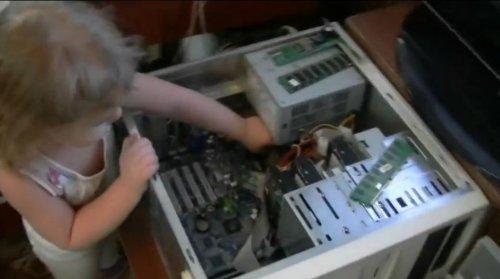 Малышка 2,5 лет показывает из чего состоит компьютер
