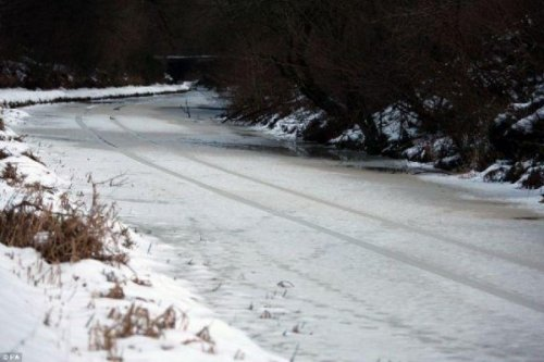 Река притворилась дорогой (6 фото)