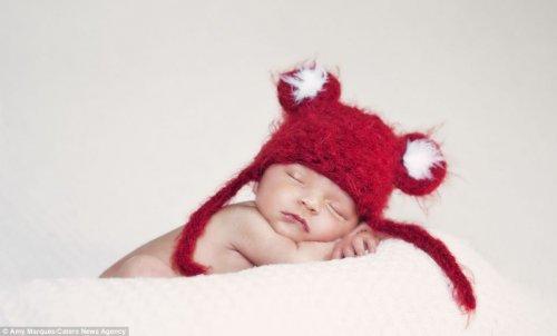 Спящие младенцы в вязаных шапочках (12 фото)
