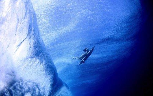 Серфингисты под волнами в объективе Лючии Гриджи (8 фото)