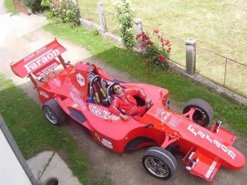 Умелый фанат гоночных машин построил свой болид Формулы-1