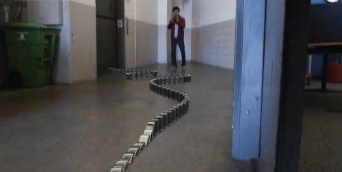 Эффект домино из 10.000 телефонов iPhone 5