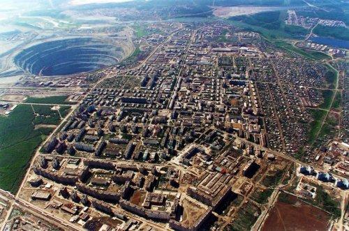 Заброшенный алмазный карьер «Мир» в России