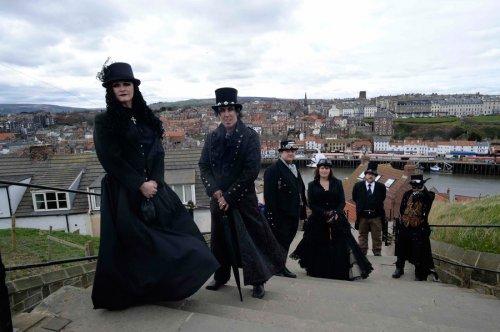 Участники фестиваля Whitby Goth Weekend, прошедшего в городе Уитби (21 фото)