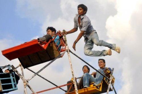 Опасные колёса обозрения в Индии, приводимые в движение мускульной силой человека