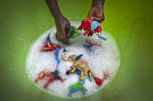 Кенийская компания превращает старые вьетнамки в разноцветные игрушки (12 фото)