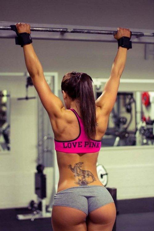 Сексуальные девушки занимаются фитнесом