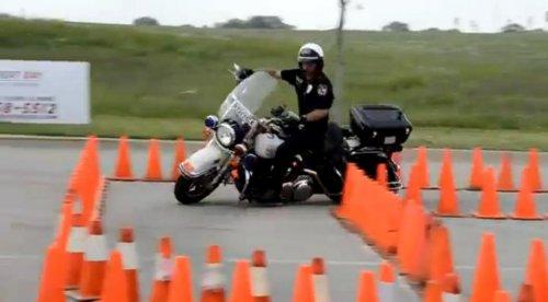 Полицейский виртуозно управляет мотоциклом