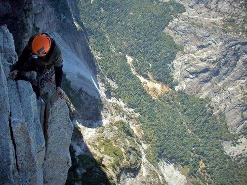 Скалолазы на головокружительной высоте (23 фото)
