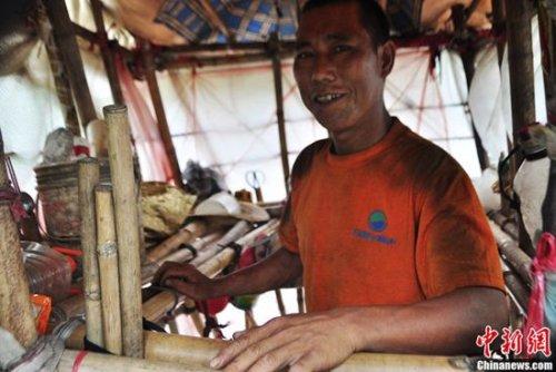 Человек-улитка из Китая носит свой дом на спине, куда бы он ни пошёл