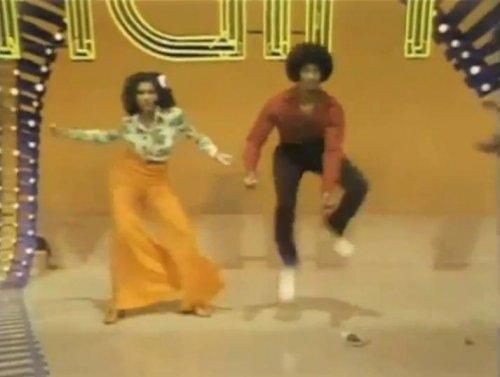 Все радуются и танцуют!