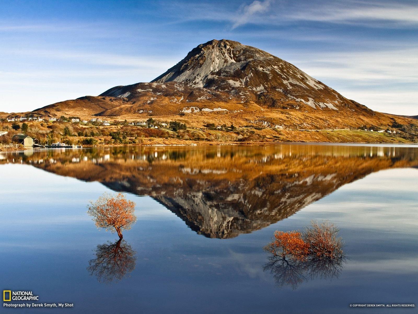 Зеркальное отражение в озере Dunlewy.