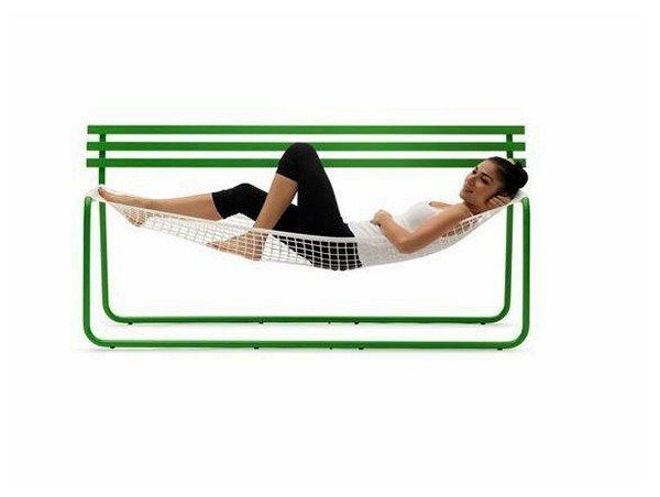 А вот в скамейке-гамаке под названием Siesta bench удобно отдыхать в саду, в загородном доме или же на заднем дворе...