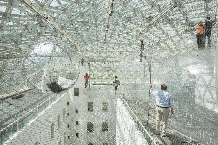 Стальная паутина под крышей музея
