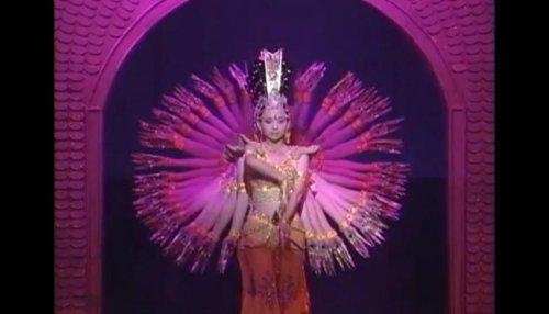 Захватывающее выступление 100-рукой Богини Милосердия