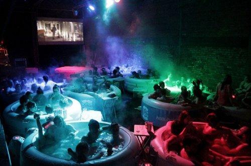 Hot Tub Cinema – просмотр фильмов, сидя в горячей бочке (13 фото)