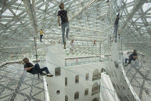 Стальная паутина под крышей музея (13 фото)