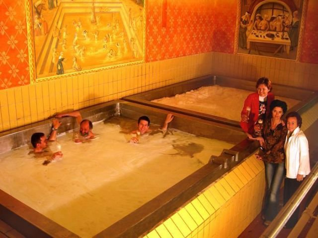 Всего за 298 долларов вы с друзьями можете принять там пивную ванну.