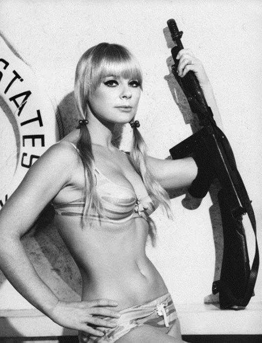 Сексуальные девушки с оружием (32 фото)